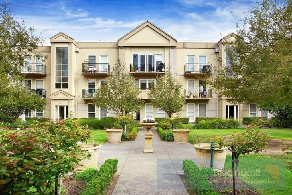Charming victorian style next to cbd apartments for rent for Victorian style apartment