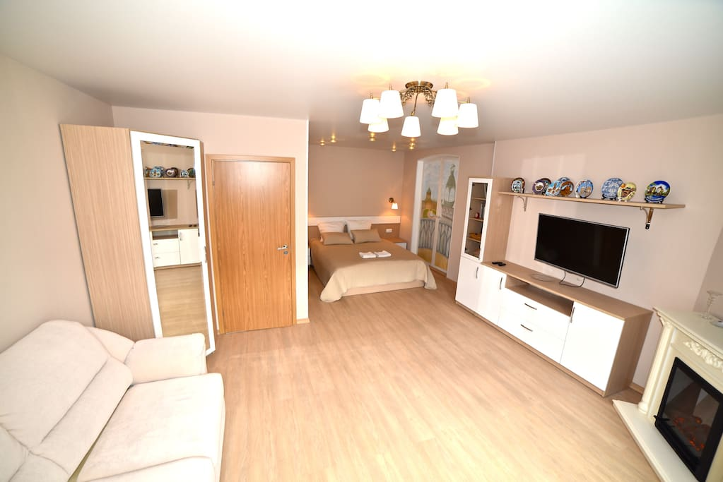 Уютная комната с камином/Large cozy room with fireplace
