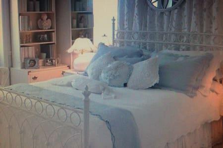A Parisian room - Saint-Lys - Huoneisto