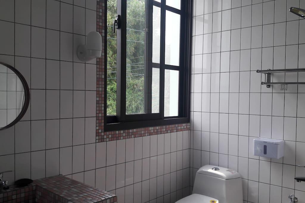 浴室內有大窗戶看外面的風景