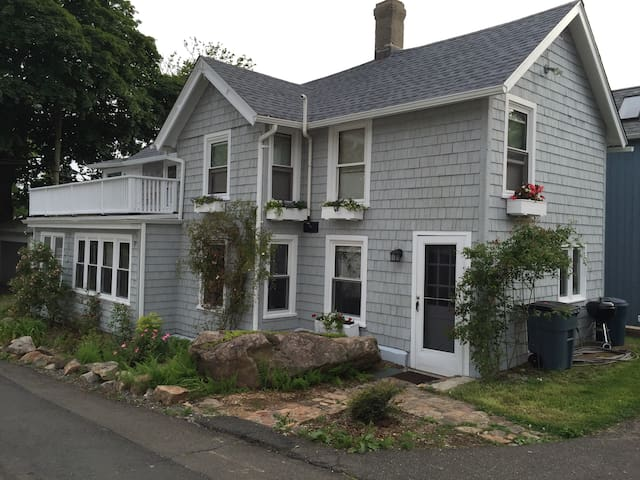Historic Cottage on the Beach - Branford - Σπίτι