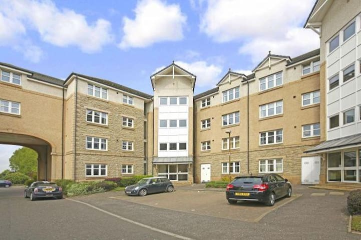 Modern 1BR flat Corstorphine - free parking + lift