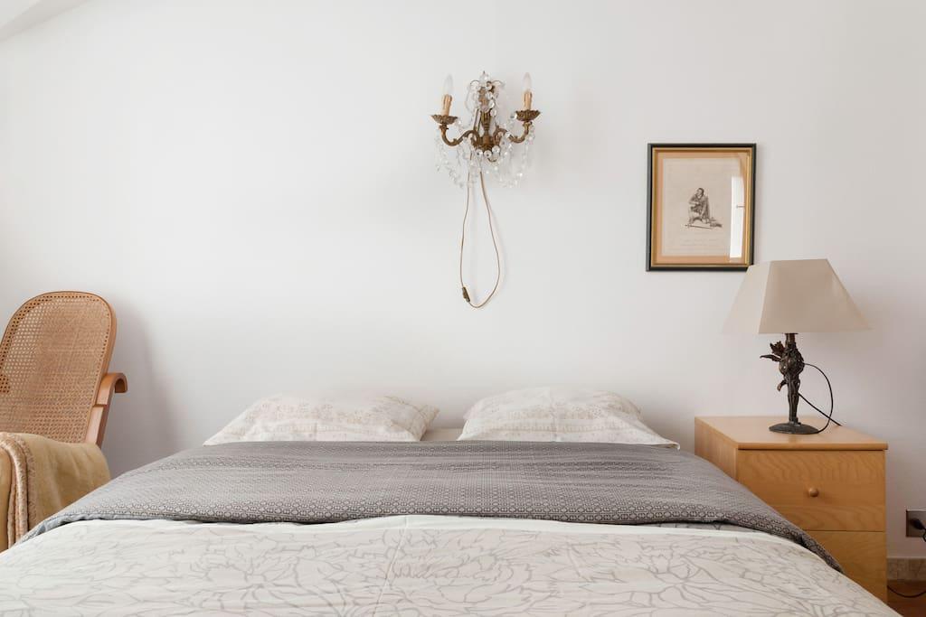 La première Petite chambre - lit  Quine size  The first Small room - Quine size bed