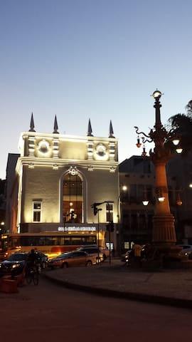Sala Cecília Meirelles (de música instrumental) e Lampadário da Lapa no cair da noite. Consulte nossos roteiros culturais em @almacariocaturismo