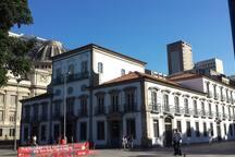 Paço Imperial, na Praça XV, e Palácio Tiradentes/ ALERJ ao fundo, ambos no Centro Histórico do Rio. Consulte nossos roteiros culturais em @almacariocaturismo