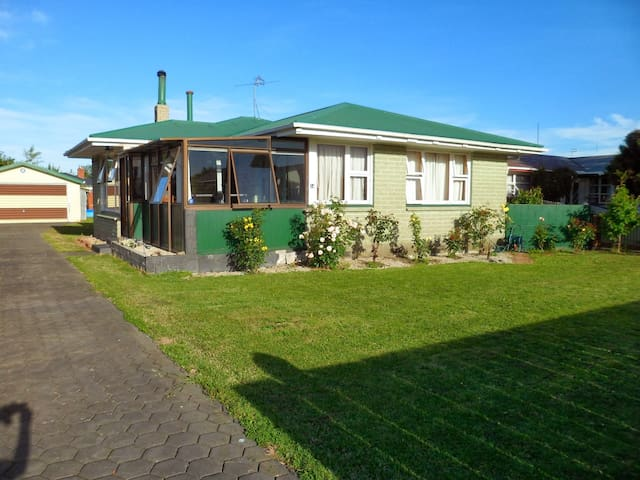 Cabin/Cottage  behind  family home - Rangiora - Hus