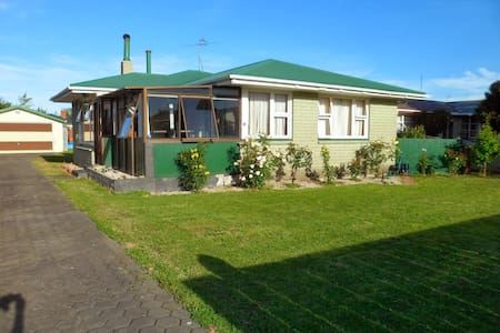 Cottage style room near family home - Rangiora - Huis