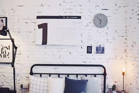 【立夏】独立设计师在西湖边的工业风一室公寓(出于环保考虑不提供毛巾、牙刷,介意者绕行谢谢!)