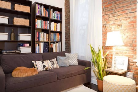 Welcome to the original NYC on the Nolita/Little Italy/SoHo border! This private room has exposed brick to really make you feel surrounded by true New York. Enjoy a llively neighborhood with nearby museums & easy access to subway lines!