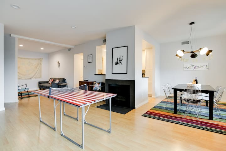 Huge Luxe/Kitsch 2BR Westside Suite