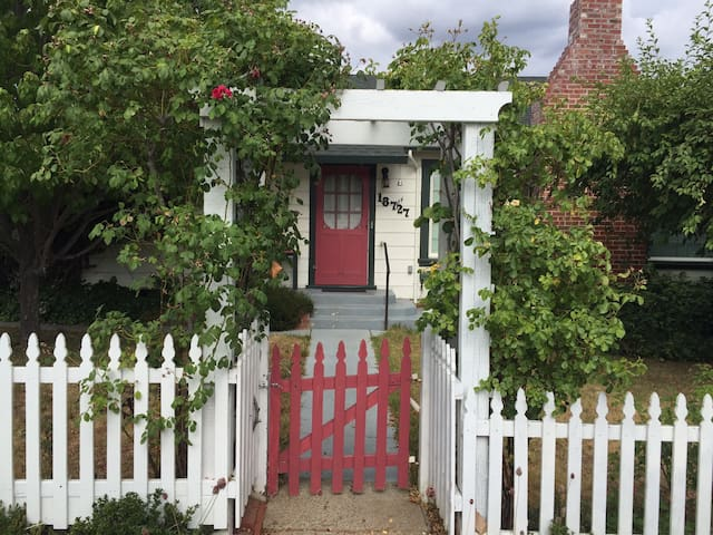 Adorable Tuolumne City Cottage