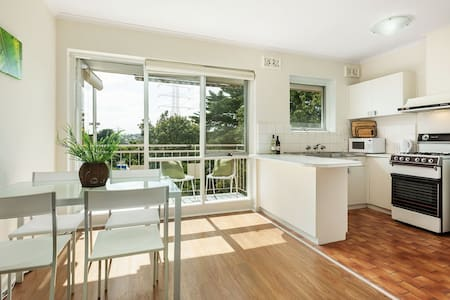 Sundrenched Apartment with Balcony - Glen Iris - Apartment