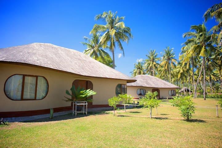 Sunny Villa. Whales & Waves Resort - Taliwang - Hus