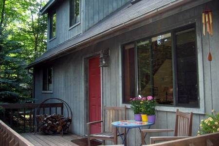 Rustic home in Lake Naomi in Poconos w/ Fire Pit - 단독주택