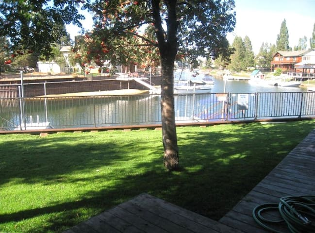 Great Get-Away w boat dock (new floors throughout)