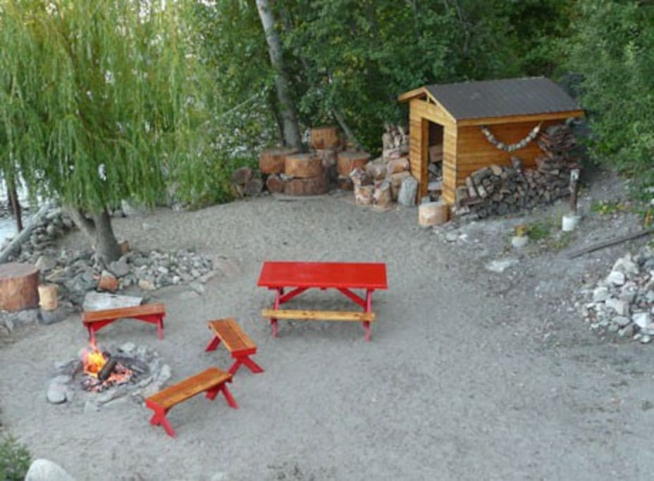 This is the ultimate Okanagan outdoor experience with a private firepit where you can curl up around the fire on those long summer evenings, roast marshmallows (sticks provided), strum your guitar, or gaze into the fire under a canopy of stars.