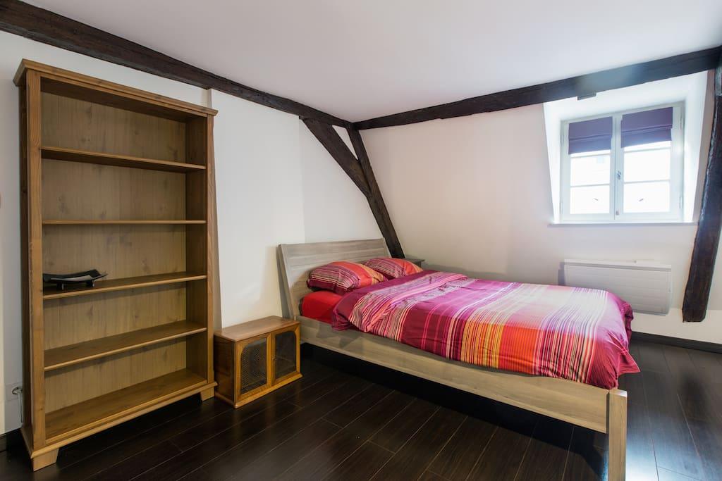 La première chambre possède également un espace bureau