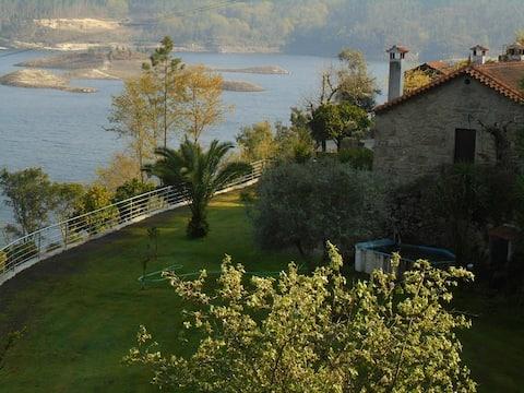 Quinta João Pedro overlooking the dam