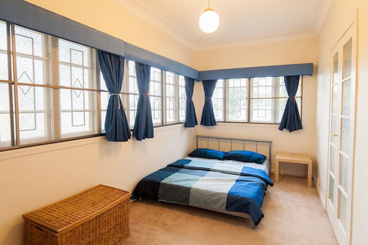 Quiet and bright bedroom in Holland Park