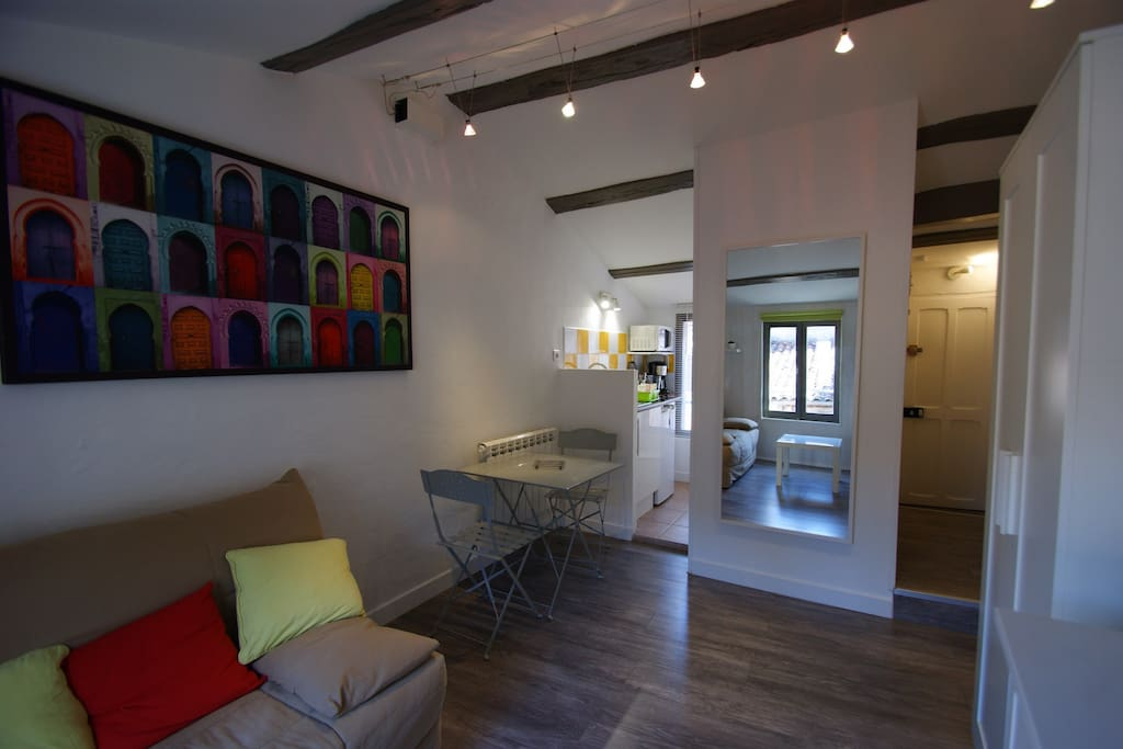 studio meubl coeur de ville appartements louer la. Black Bedroom Furniture Sets. Home Design Ideas