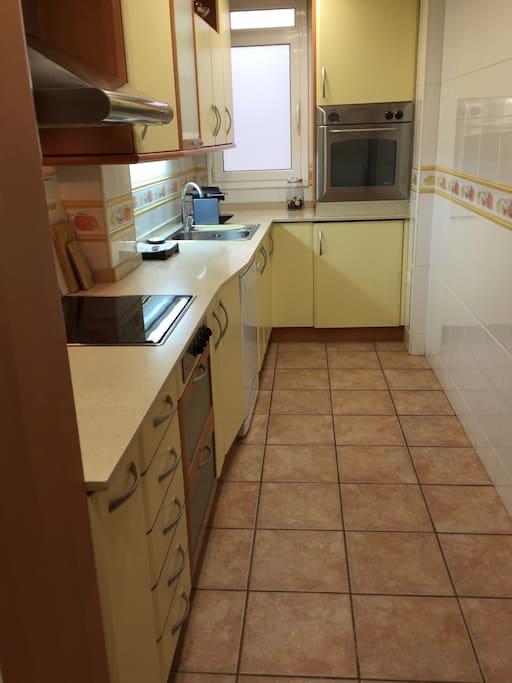 cuisine équipée : micro ondes,  lave vaisselle et lave linge...