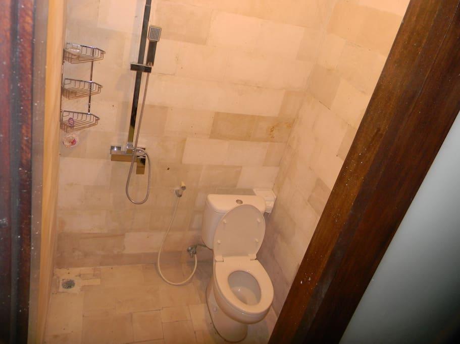 Kamar mandi di setiap kamar