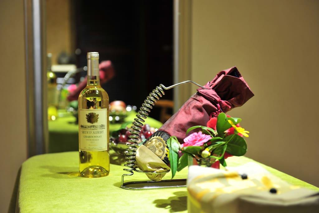 桌上的红酒,浪漫的随意散开……