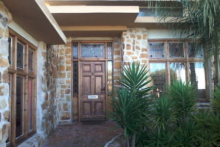 A Room at The Greens Lodge, Parow - Bed & Breakfast