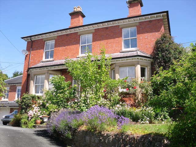 Central Welshpool 4 bed Victorian - Welshpool - Bed & Breakfast