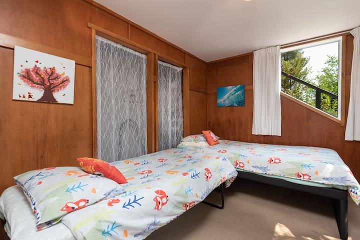 Downstairs children's bedroom - Twin Single Beds