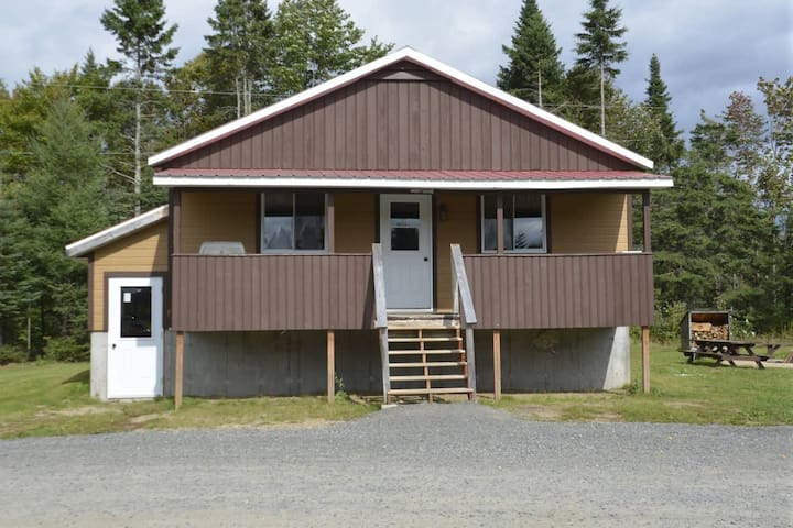 PLEASANT AND LARGE CHALET - NEAR VALCARTIER VILLAGE