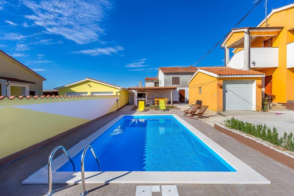 Spacious pool and pool area