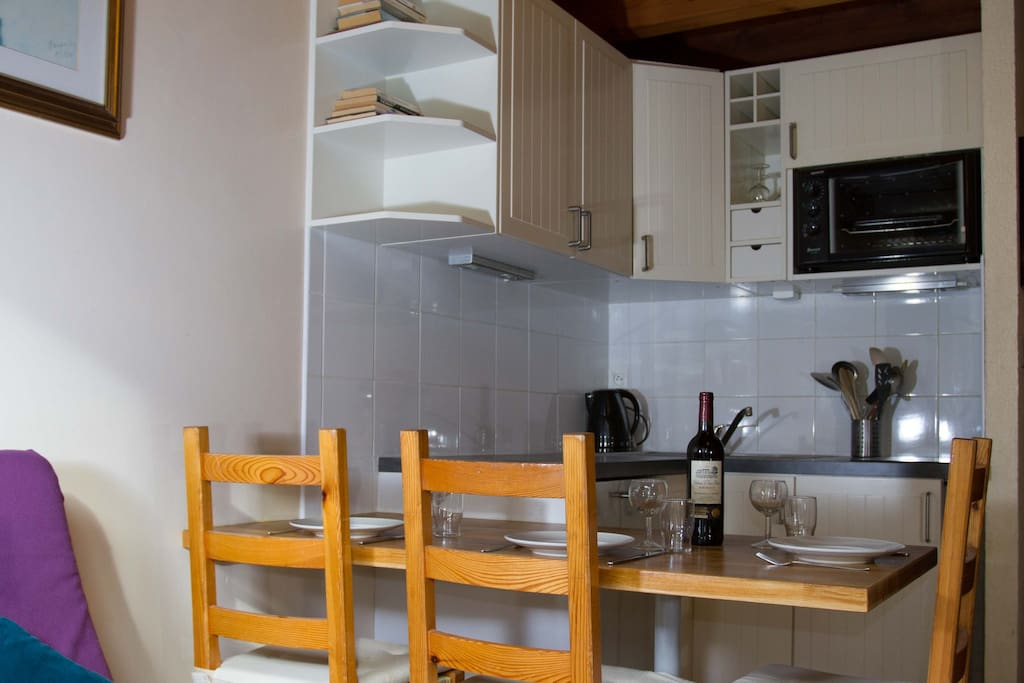 Dining table/ kitchenette