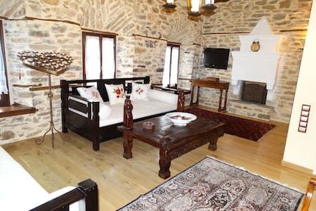 "Deluxe Suite at ""Iliopetra"" Suites - Agios Lavrentios - Bed & Breakfast"