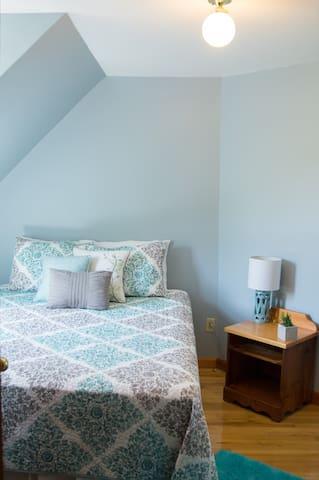 Bedroom 4: queen