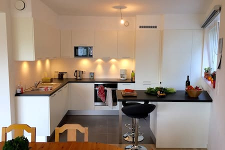 Double room in a sunny modern flat - Schaarbeek