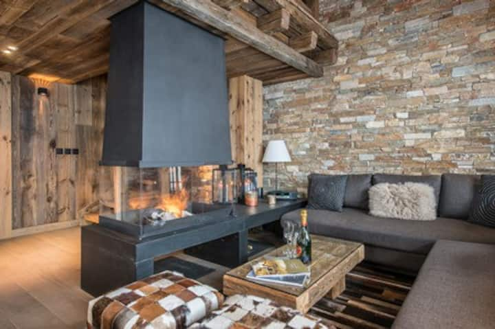 Cozy chalet, close to the slopes and shops.