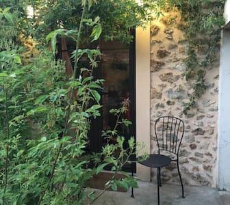 Annexe avec salle de bain et WC en rez de jardinet - Magny-les-Hameaux - Casa
