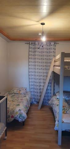 Chambre enfants: 2 lits et 1 superposé
