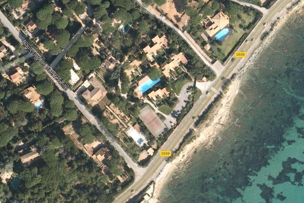 Vue aérienne de la résidence sécurisée : grande piscine, terrain de tennis...