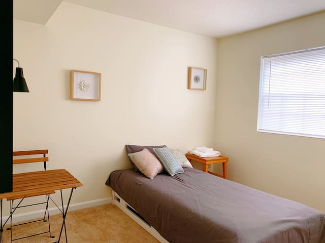 Private bedroom walking distance to Duke campus