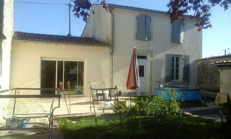 Maison charentaise cour fermée - Asnières-la-Giraud