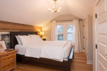 Comfortable Upscale Loft - House