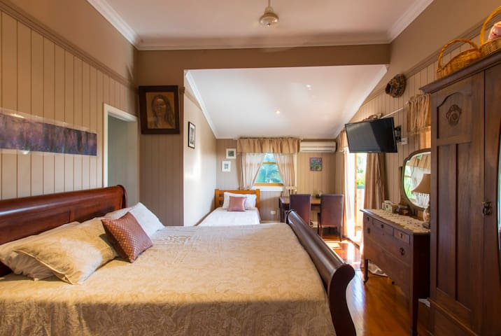 Qldr Seabreeze Sojourn Chocolate Room - Innes Park - Bed & Breakfast