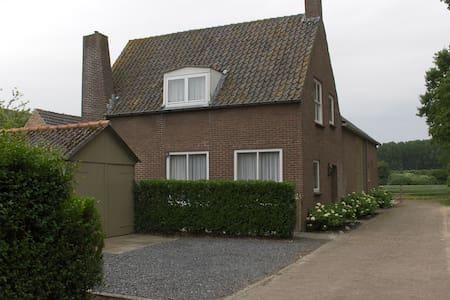 Sfeervol rustig gelegen vakantiehuis - Aardenburg - Hus