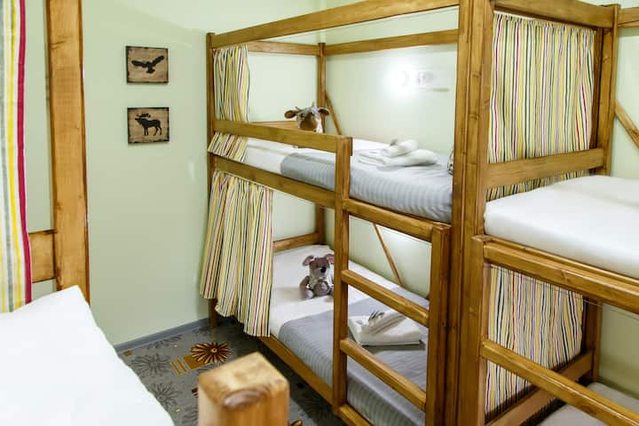 Кровать в 6-местном номере для мужчин