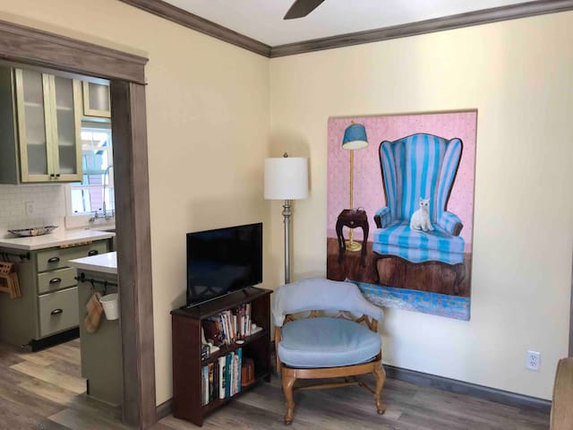 Quiet Artsy Updated Bungalow Near Major Hospitals