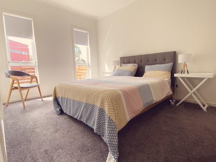 Cozy and Modern Room with En-suite Bathroom