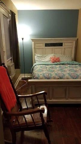 Cozy Queen room in the Heart of Waco