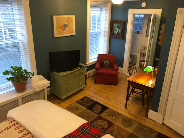 ✰✰  Guest Suite/ Snacks/ Art + TV and We ♥ Pets